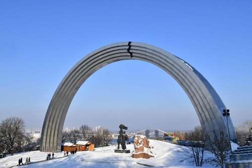 آسیب زدن به طاق دوستی روسیه و اوکراین در شهر کی یف از سوی ملی گرایان اوکراینی/ خبرگزاری فرانسه