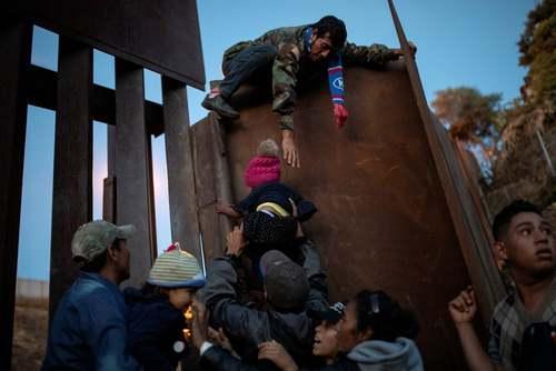 تلاش مهاجران هندوراسی برای عبور از مانع مرزی بین مکزیک و ایالات متحده آمریکا/ رویترز