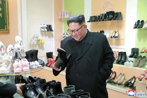 رهبر کره شمالی در حال بازدید از تولیدات یک کارخانه کفش در شهر