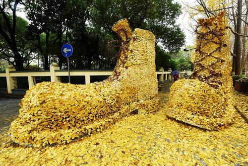 یک جفت کفش بزرگ ساخته شده از برگ های زرد درخت