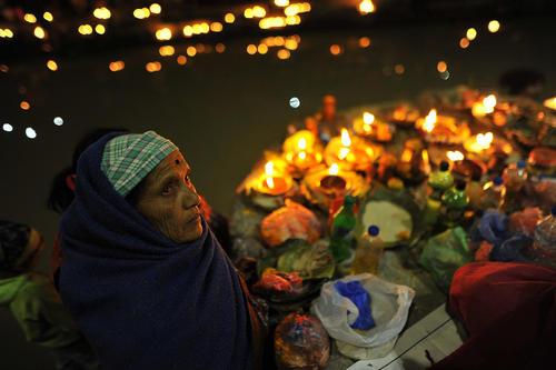 روشن کردن شمع در کنار رود