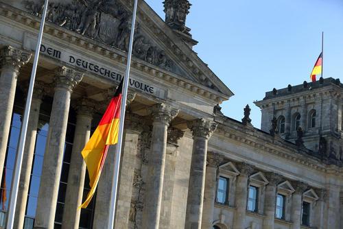 نیمه برافراشته شدن پرچم آلمان در مقابل پارلمان این کشور(بوندستاگ) در شهر برلین به نشانه احترام به مراسم تشییع
