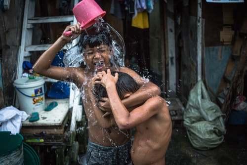 حمام کردن کودکان در منطقهای حاشیه نشین در شهر مانیل فیلیپین/EPA