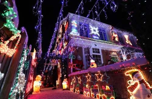 تزیین خانهها در همپشایر بریتانیا در آستانه جشن کریسمس به منظور جمعآوری اعانه برای خیریهها از مردم