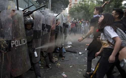 تظاهرات مخالفان رییس جمهوری بولیوی در پایتخت. مخالفان به چهارمین دوره نامزدی مورالس در انتخابات ریاست جمهوری معترض هستند./ آسوشیتدپرس