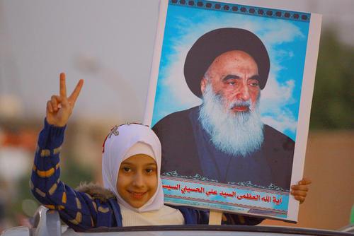 جشن نخستین سالگرد شکست گروه تروریستی داعش در عراق در شهر بغداد. دختر عراقی در داخل خودرو پوستر تصویر آیت الله سیستانی مرجع شیعیان عراق را به دست گرفته است./ خبرگزاری آلمان