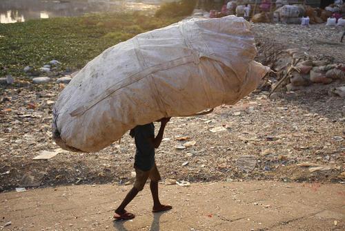 جمعآوری ظروف پلاستیکی برای کارخانه بازیافت/ بنگلادش