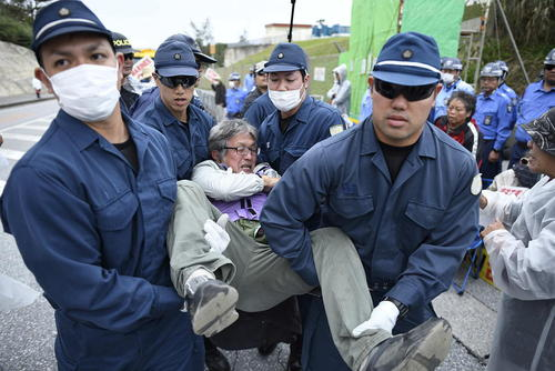 تظاهرات ژاپنیهای معترض به حضور نظامی آمریکا در