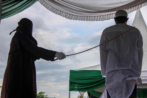 اجرای حکم شلاق برای یک مرد به جرم سوء رفتار جنسی از سوی دادگاه شریعت در استان آچه اندونزی