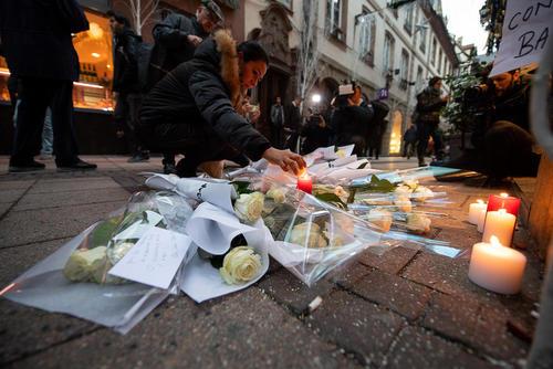 گذاشتن گل و شمع در محل حمله تروریستی 2 روز پیش به بازار کریسمس در شهر استراسبورگ فرانسه/ خبرگزاری آلمان