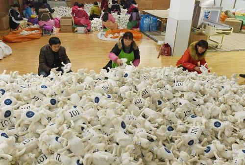کارخانه تولید عروسک و اسباب بازی در تیانچانگ چین