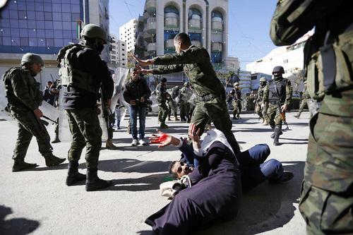 برخورد نیروهای اسراییل با تظاهرات کنندگان فلسطینی در شهر الخلیل. فلسطینی های طرفدار حماس در سی و یکمین سالگرد تشکیل این گروه دست به گردهمایی زده بودند./apa