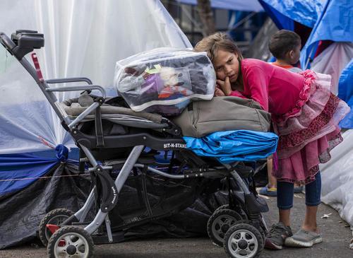 مهاجران از کشورهای ی مرکزی در مرز مکزیک و ایالات متحده