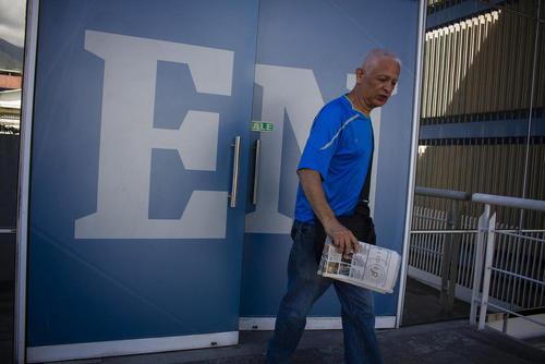 یک مرد در حال ترک اداره سردبیری رو مه اپوزیسیون