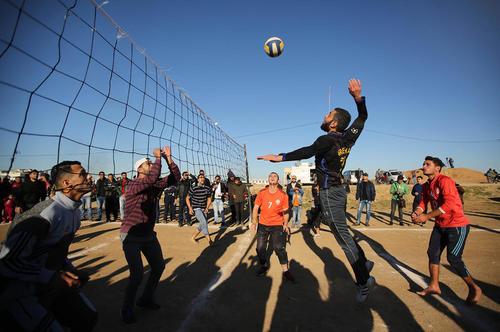 والیبال بازی جوانان فلسطینی در حاشیه تظاهرات