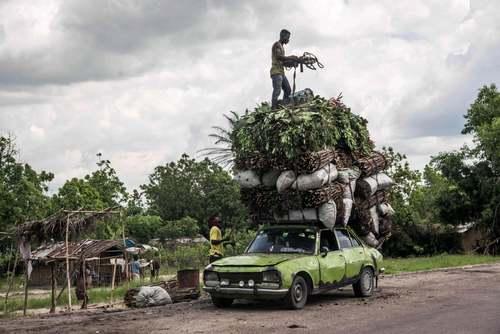 بار زدن یک خودروی سواری در جمهوری دموکراتیک کنگو/ خبرگزاری فرانسه