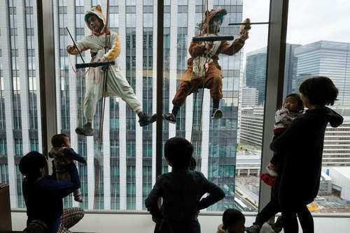 تمیز کردن شیشه پنجرههای یک هتل در شهر توکیو/ خبرگزاری فرانسه