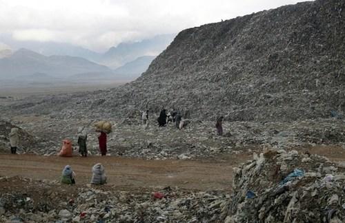 یک مرکز انباشت زباله در حومه شهر کابل افغانستان/ آسوشیتدپرس