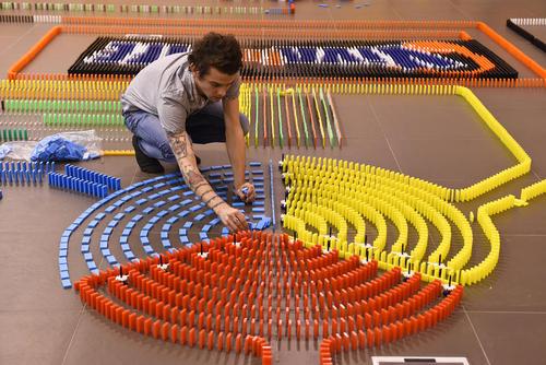 درست کردن یک دومینوی 25 هزار قطعهای در بلژیک
