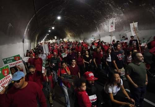 تظاهرات معلمان و دانش آموزان علیه کاهش یا قطع بودجههای آموزشی در شهر لسآنجلس ایالت کالیفرنیا آمریکا/ حبرگزاری فرانسه
