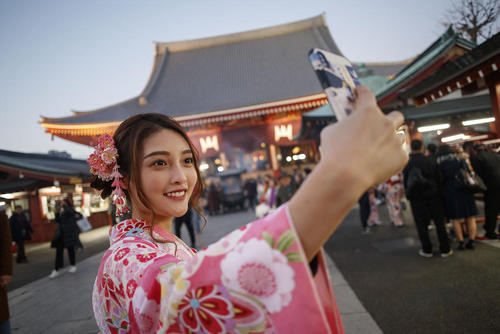 سلفی گرفتن یک گردشگر چینی در مقابل معبد