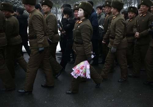 سربازان ارتش کره شمالی در حال ورود به مقبره