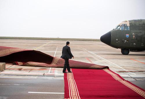 پهن کردن فرش قرمز در فرودگاه شهر