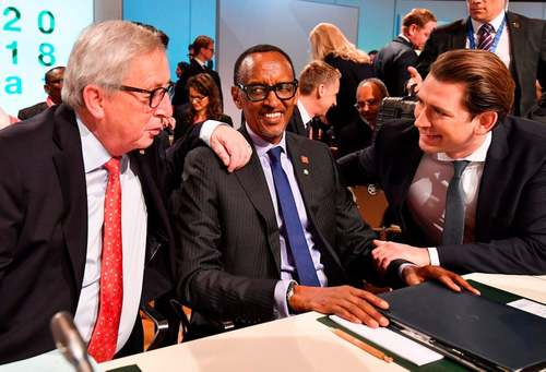 از راست به چپ: صدراعظم اتریش، رییس جمهوری روآندا و رییس کمیسیون اروپا در نشست اتحادیه اروپا و آفریقا در شهر وین/ خبرگزاری فرانسه