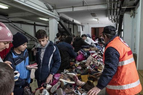 ارایه کفش و لباس دست دوم برای استفاده پناهجویان عازم اروپا در اردوگاهی در شهر