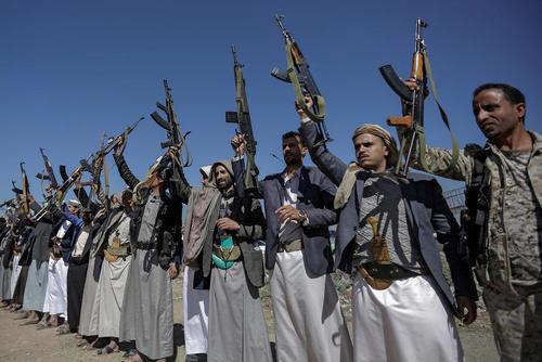 گردهمایی شبه نظامیان انصارالله در مرکز شهر