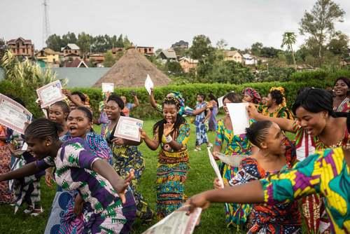 شادمانی مددجویان از جشن فارغالتحصیلی از مرکز توانمند سازی زنان آسیب دیده از خشونت جنسی در جمهوری دموکراتیک کنگو. این مرکز سالانه 180 زن را از سراسر این کشور جذب کرده و به آنها مهارتهای مختلف شغلی و اجتماعی آموزش داده و در نهایت به آنها مدرک میدهد./ خبرگزاری فرانسه