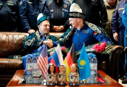 دو فضانورد روسی آلمانی در لباس سنتی قزاقستان پس از بازگشت از ماموریت فضایی در ایستگاه فضایی بینالمللی/ خبرگزاری فرانسه