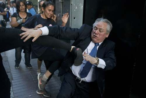 حمله قربانیان جنایت علیه بشریت به رییس دادگاه قانون اساسی شیلی در شهر سانتیاگو/ آسوشیتدپرس