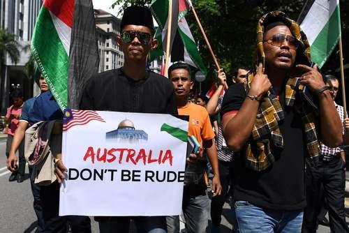 تظاهرات مسلمانان مالزیایی در مقابل سفارت استرالیا در شهر کوالالامپور در اعتراض به تصمیم دولت کانبرا به انتقال سفارت از تلآویو به شهر قدس/ حبرگزاری فرانسه
