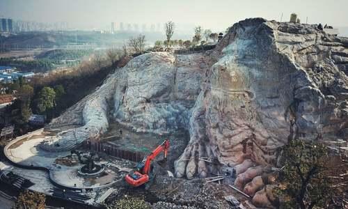 تراشیدن یک شیر سنگی از سنگهای کوه/ نانینگ چین/