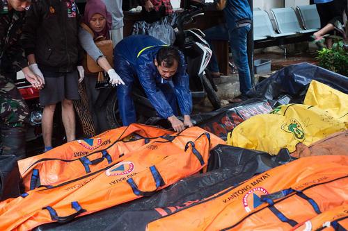 اجساد قربانیان سونامی اخیر در اندونزی/ شینهوا