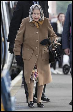 ملکه بریتانیا در ایستگاه قطار شهر
