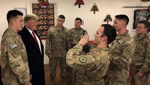 عکس گرفتن سرباز آمریکایی با ترامپ در جریان سفر از پیش اعلام نشده او و همسرش به عراق در پایگاه هوایی