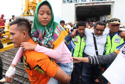 امدادرسانی به مجروحان و آسیبدیدگان از سونامی اخیر اندونزی/ شینهوا