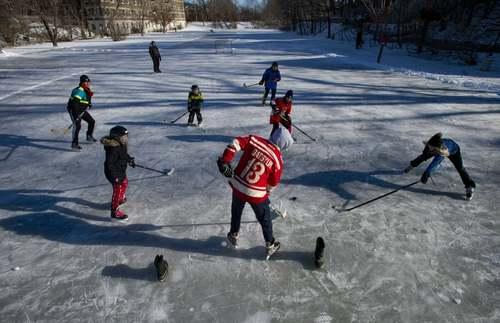 هاکی روی یخ در پارکی در شهر اوتاوا کانادا/ آسوشیتدپرس