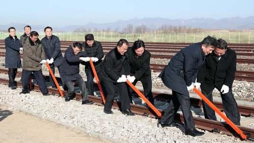 اتصال نمادین دو خط آهن کره شمالی و جنوبی در منطقه مرزی بین دو کشور/ شینهوا
