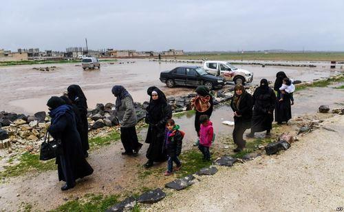 ورود گروهی از شهروندان سوری از مناطق تحت اشغال مخالفان مسلح در استان ادلب به مناطق تحت کنترل دولت سوریه/ آسوشیتدپرس