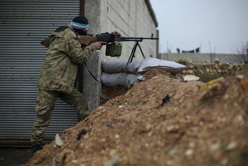 یک شبهنظامی سوری مورد حمایت ترکیه در حال هدفگیری مواضع شبهنظامیان کرد در شهر