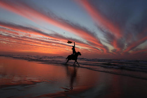 اسب سواری در ساحل غزه در واپسین غروب سال 2018 میلادی/APA