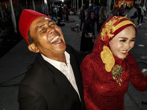 مراسم ازدواج دستهجمعی دهها زوج اندونزیایی در شب سال نو میلادی در پارکی در شهر جاکارتا