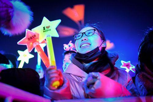 زن چینی در پکن در انتظار تحویل سال جدید