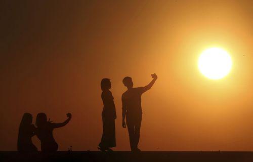 سلفی گرفتن مردم در آخرین غروب آفتاب سال 2018 در میانمار