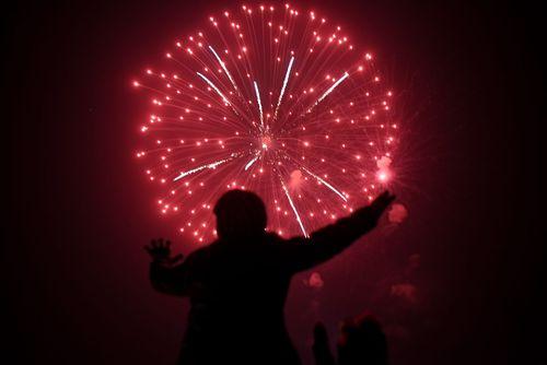 مرد پاکستانی در حال تماشای آتش بازی جشن سال نو میلادی