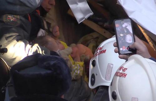 نجات یک نوزاد 11 ماهه از زیر آوار ساختمانی فروریخته در شهر