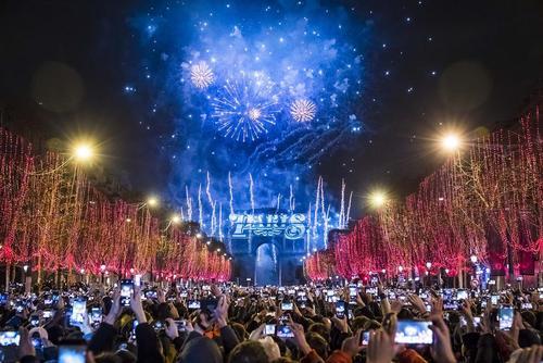 آتشبازی شب سال نو در خیابان الیزه پاریس